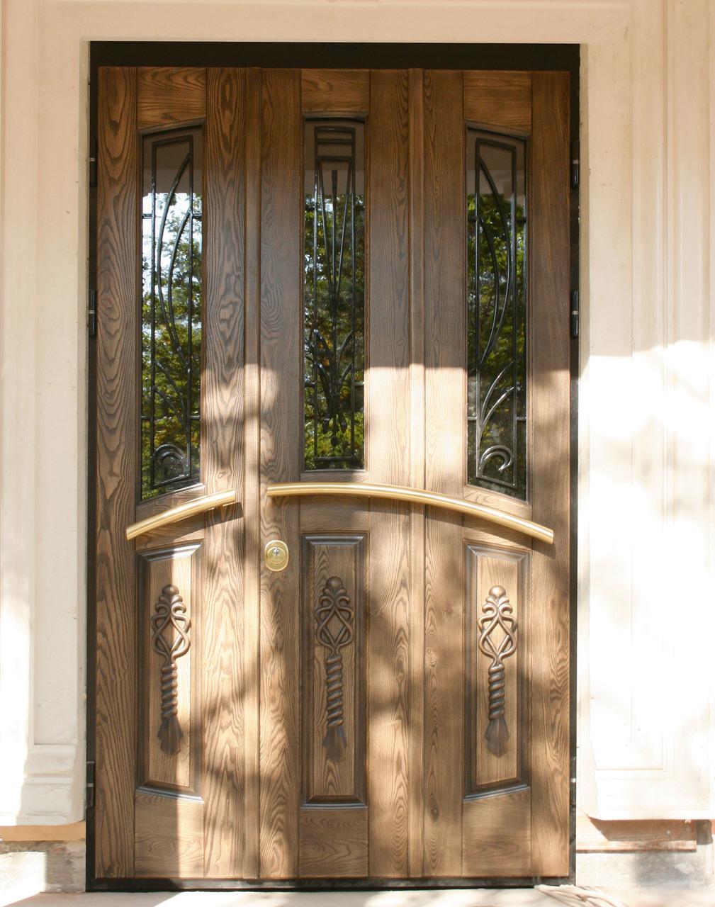 На фото - входная дверь из массива ясеня.
