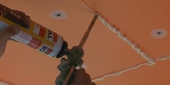 На фото - заделка герметиком зазоров между плитами пеноплекса своими руками