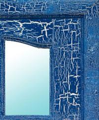 На фото- дверь, состаренная при помощи фактурной краски.