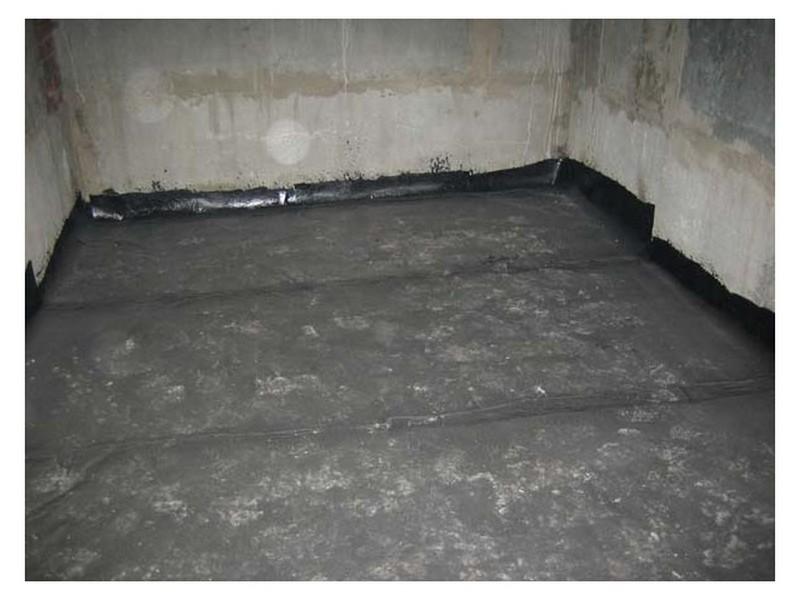 На фото – гидроизолированный рубероидом бетонный пол