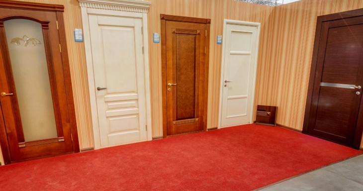На фото – интересно смотрятся двери с наличниками и плинтус разного цвета