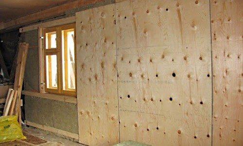 На фото – пример использования фанеры для внутренней обшивки стены