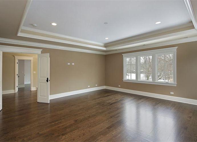 На фото – так выглядит высокий плинтус в комнате