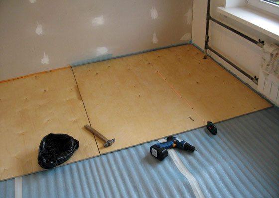 На фото – укладка фанерных листов с утеплителем на бетонный пол