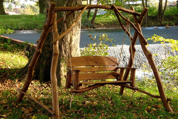 На фото – в качестве крепежа сидения к раме использована веревка