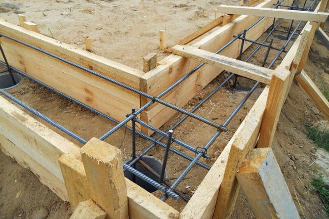 На фото армирование, выполненное конструкцией из стальных прутьев