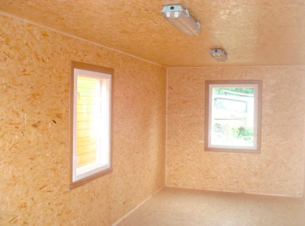 На фото демонстрируются стены, выровненные при помощи древесных плит.