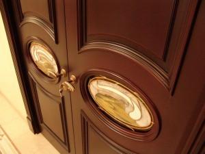 На фото: деревянные элитные двери выполняют не только прямые функции, но и служат настоящим украшением интерьера