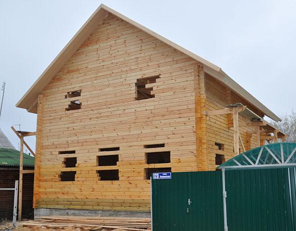 На фото: двухэтажный дом из бруса 9 на 9 на 7 на 9 при небольших габаритах имеет немалую полезную площадь