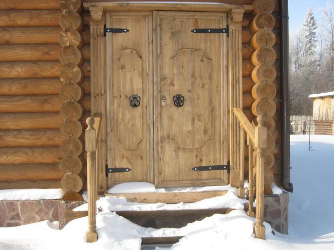 На фото двухстворчатая дверь в бане «по-черному».