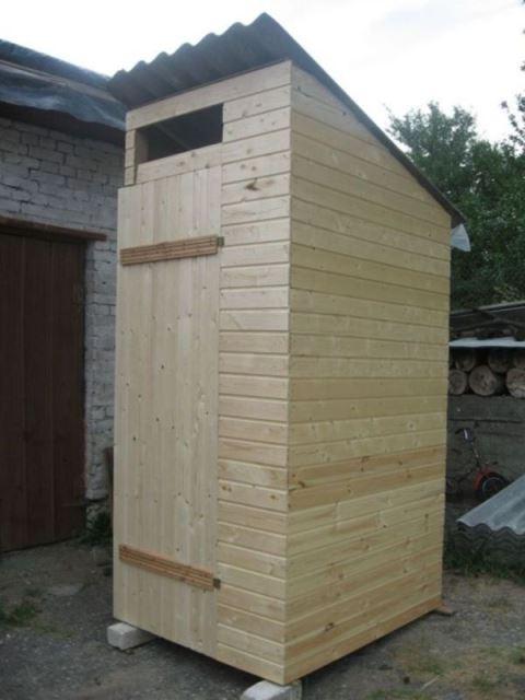 На фото: если туалет для дачи из дерева будет стационарным, его нужно сделать аккуратно и добротно, если устраивается только на время – можно использовать необрезную доску, все равно вскоре конструкцию нужно будет убирать