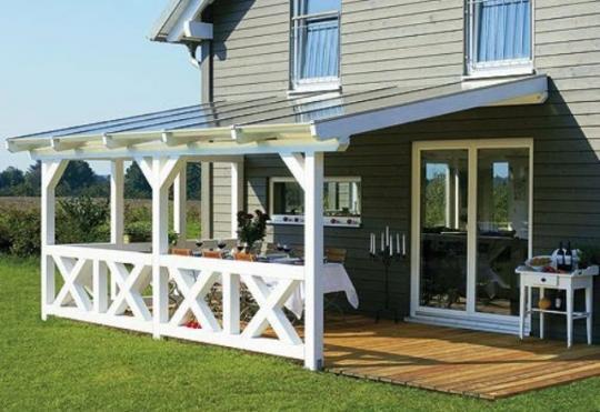 На фото: если ваш дом располагается в красивом месте, то проект дома из бруса с террасой- это именно то, что вам нужно