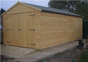 На фото: гараж из досок может выглядеть очень привлекательно, если будут использоваться качественные материалы