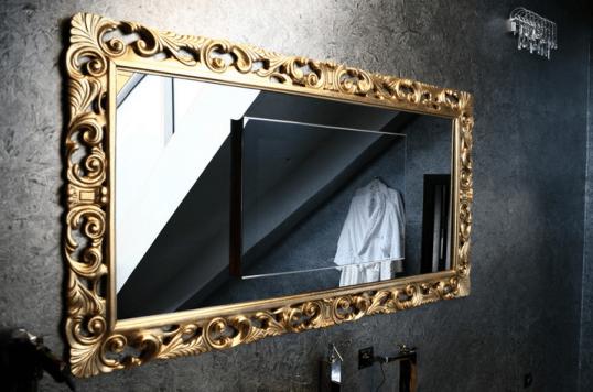 На фото: горизонтальное зеркало для ванной комнаты в багете из металла – прекрасное и очень долговечное решение