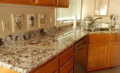 На фото имитация мрамора в интерьере кухни