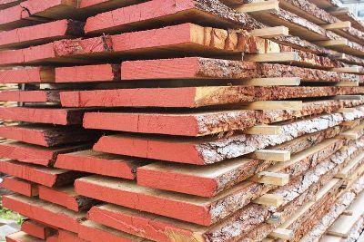 На фото: использовать для работы сырую древесину ни в коем случае нельзя