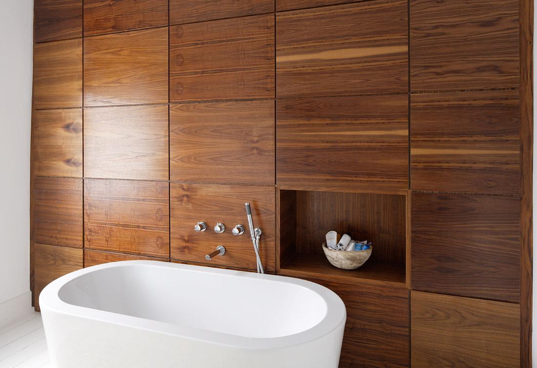 На фото: плитка для ванной комнаты под дерево позволяет сделать помещение более уютным