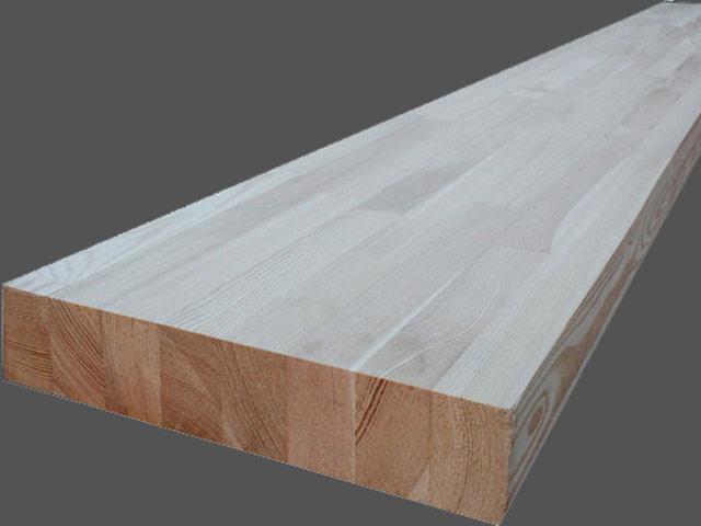 На фото показан готовый мебельный щит из древесины сосны.