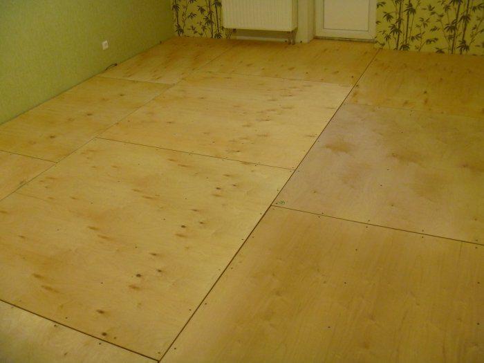 На фото пол в квартире, выровненный древесно-слоистыми плитами
