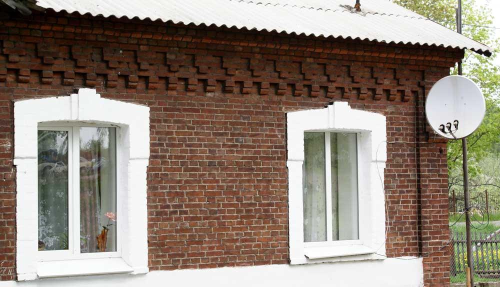 На фото представлен кирпичный дом, требующий отделки.