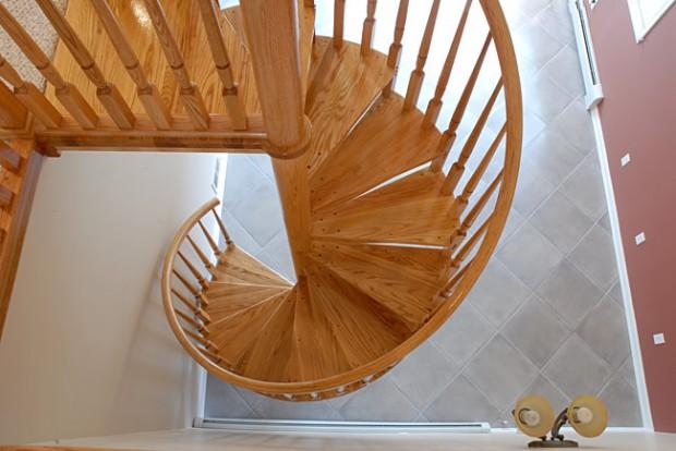 На фото представлена подобная лестница в деревянном исполнении.