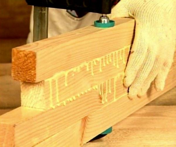 На фото– процесс склеивания древесины.