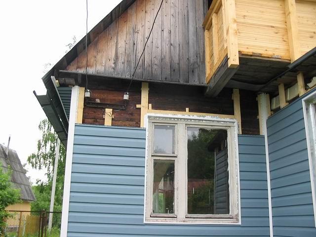 На фото ремонт старого дома с использованием винилового сайдинга