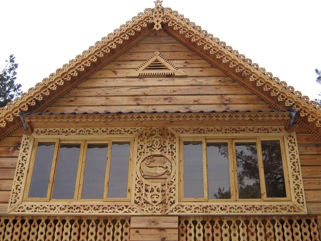 На фото: резной фронтон на деревянный дом – это настоящее произведение искусства, соответственно, и цена данного варианта намного выше