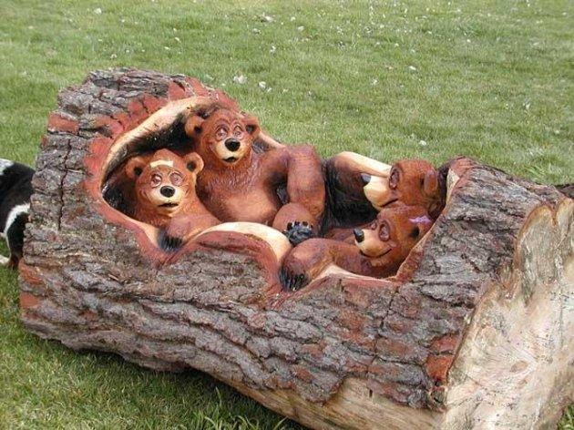 На фото: сделать подобные изделия из дерева бензопилой своими руками под силу только опытному мастеру