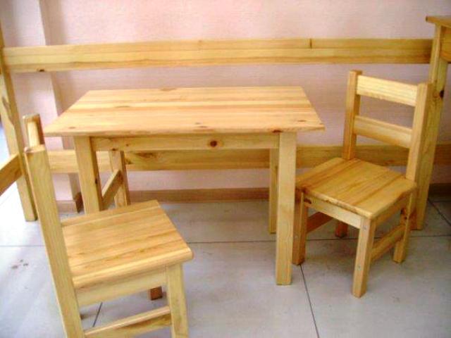 На фото: сделать стол и стулья из дерева своими руками гораздо проще, чем кажется на первый взгляд