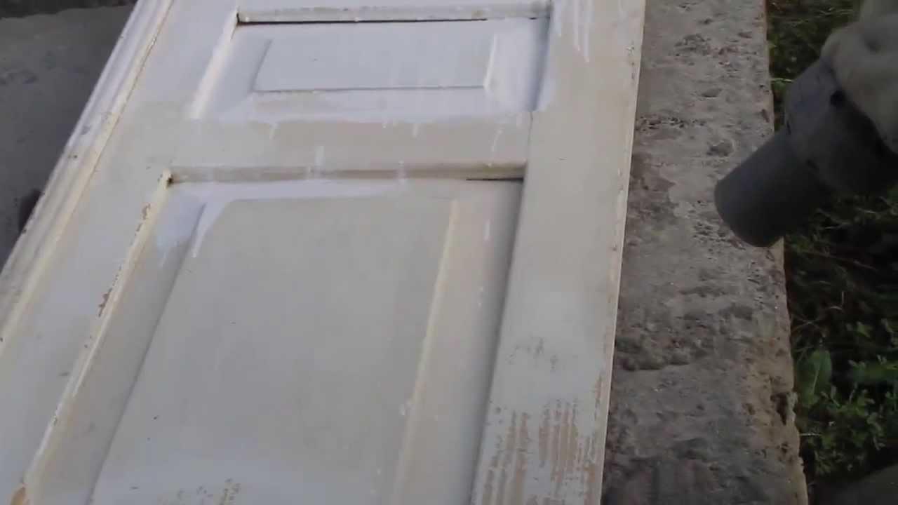 На фото снятое с петель дверное полотно