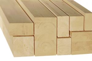 На фото: строганный деревянный брус легко отличить по гладкой поверхности, в некоторых случаях дополнительно снимается фаска с углов