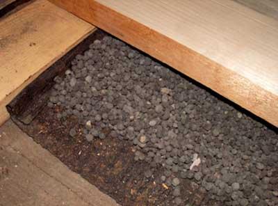 На фото: утепление дощатого пола керамзитом по грунту