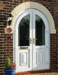 На фото видно как обновить входную деревянную дверь своими руками