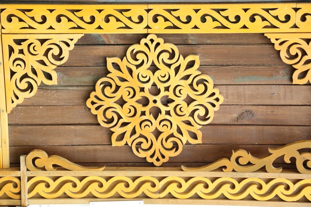 Накладки из прорезных узоров – один из самых распространенных элементов украшений.