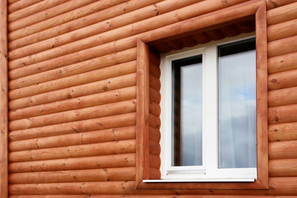 Наличники из блокхауса особенно хорошо сочетаются с фасадной отделкой из аналогичного материала
