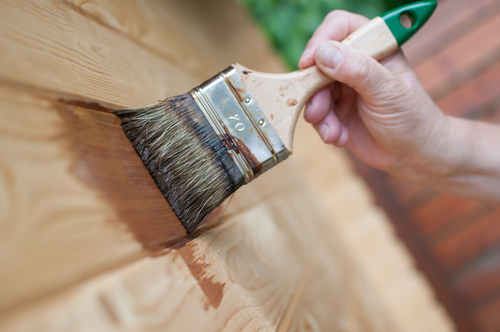Нанесение антипирена на стены из дерева