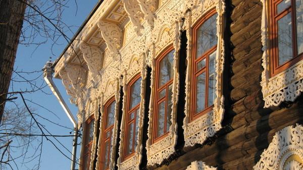 Нанесение ажурных орнаментов придает фасаду роскошь.