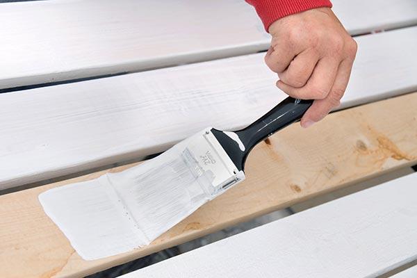 Нанесение белой грунтовки на деревянную поверхность