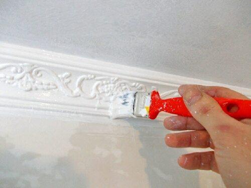 Нанесение краски на плинтус