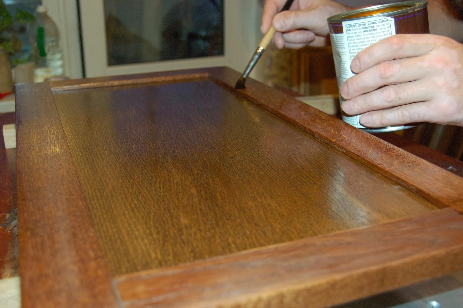 Нанесение на деревянную дверцу защитного слоя лака