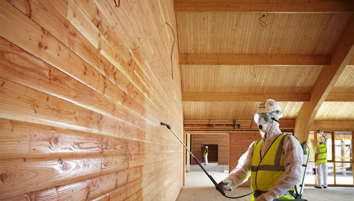 Нанесение составов для улучшения огнестойкости деревянного покрытия может осуществляться либо путем опрыскивания поверхности, либо с помощью кисти