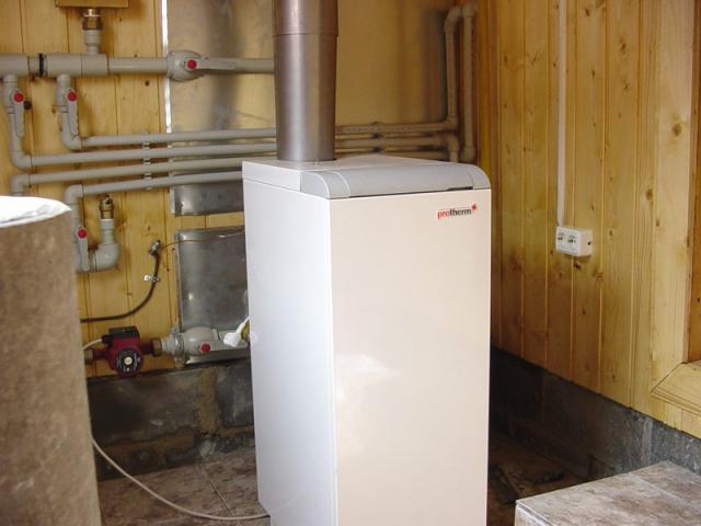 Напольный газовый котел в отдельном помещении