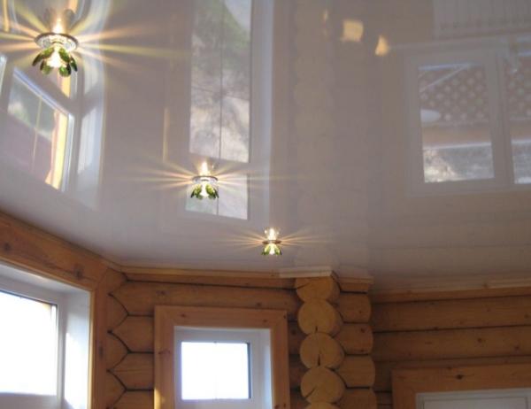 Натяжной потолок в бревенчатом срубе.