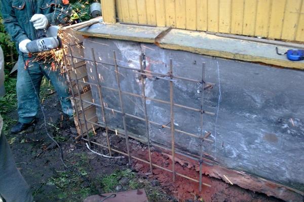 Не знаете, с чего начать ремонт старого деревянного дома, отремонтируйте его фундамент