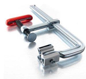 Неподвижная губка может быть продолжением шины, это позволяет придать конструкции дополнительную жесткость