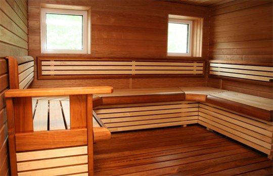 Обилие древесины делает использование русской бани внутри дома опасным.
