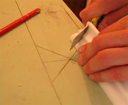 Обрезка потолочного плинтуса