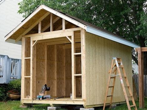 Обшиваем крышу и стены.
