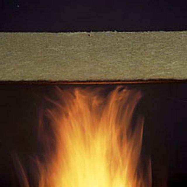 Огонь, воздействуя на пропитанную антипиренами древесину, нагревает состав, отчего в нем активизируются химические реакции, которые способны препятствовать дальнейшему распространению пламени